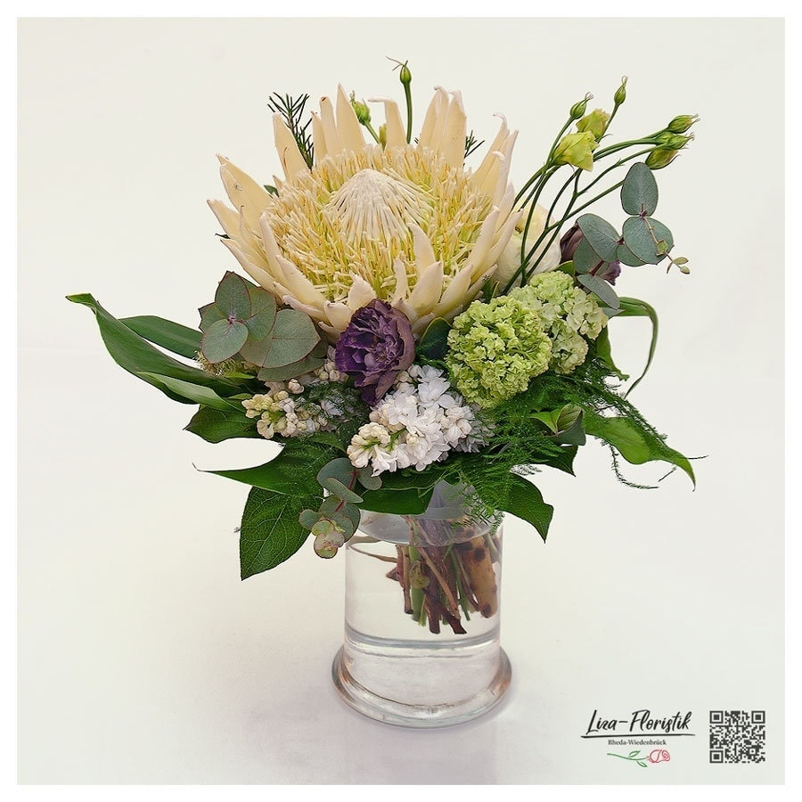 Blumenstrauß mit Protea, Ranunkeln, Flieder, Schneeball und Eukalyptus