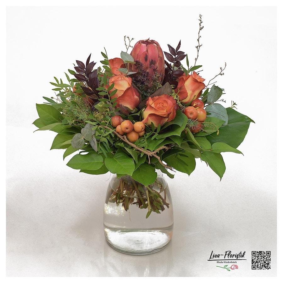 Blumenstrauß mit Protea, Rosen, Malus, Ruscus, Flox und Spinosa