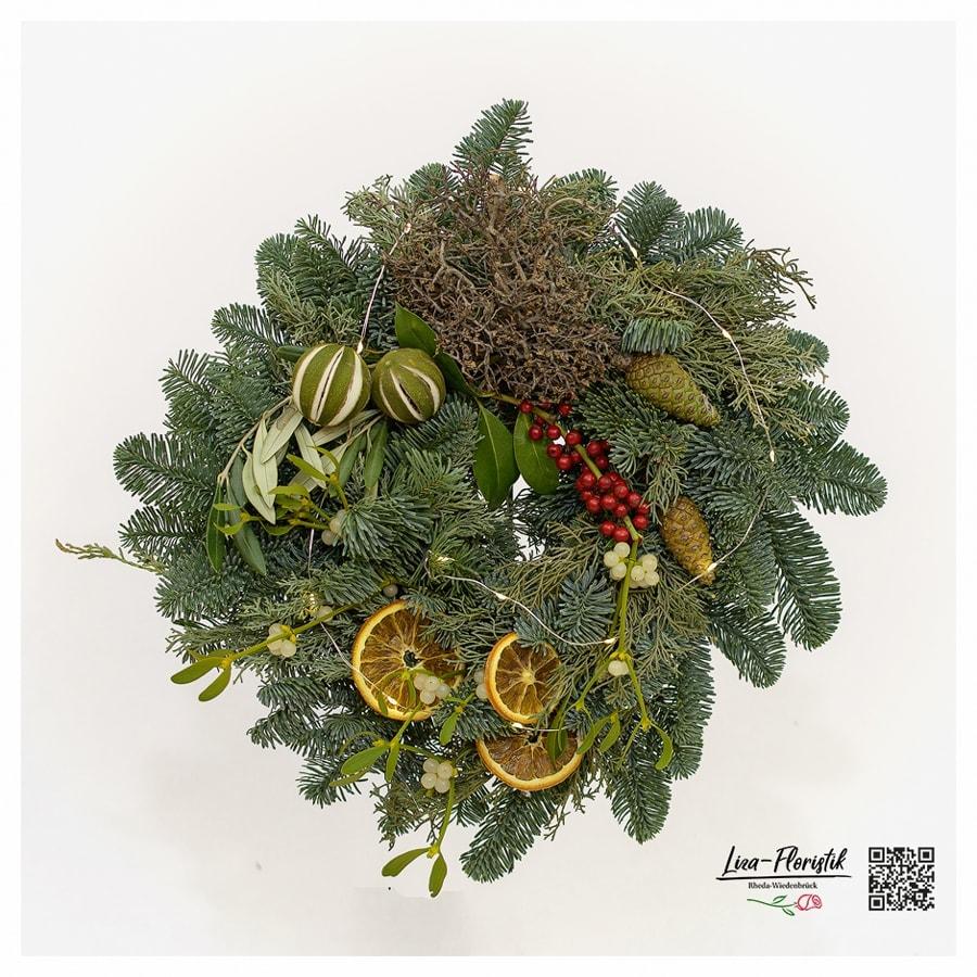 Advent - Türkranz mit Nobilistanne, Ilex, Misteln, getrockneten Orangenscheiben, Pinienzapfen und LED
