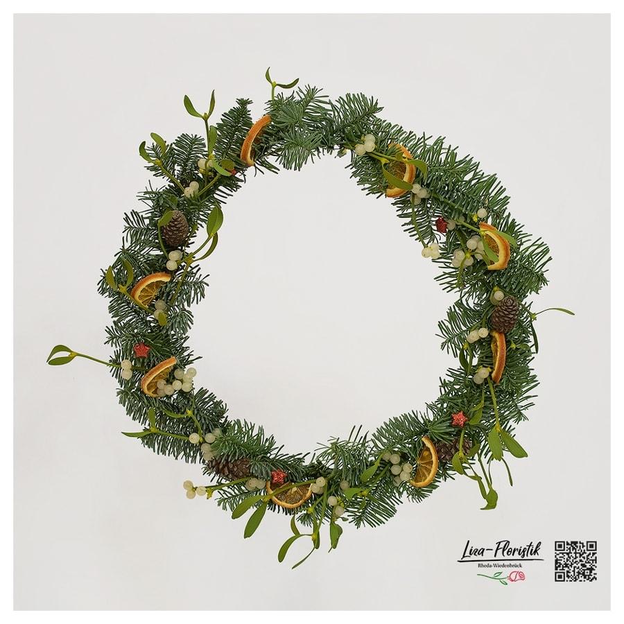 Advent - Türkranz mit Nobilis, Orangenscheiben, Misteln, Bergkiefernzapfen und Sternen