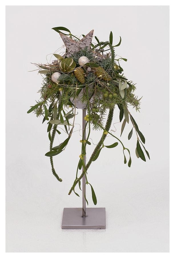 Advent - Gesteck mit Olive, Wacholder, Araucaria, Misteln, Nobilis, Limetten, Pinienzapfen und LED
