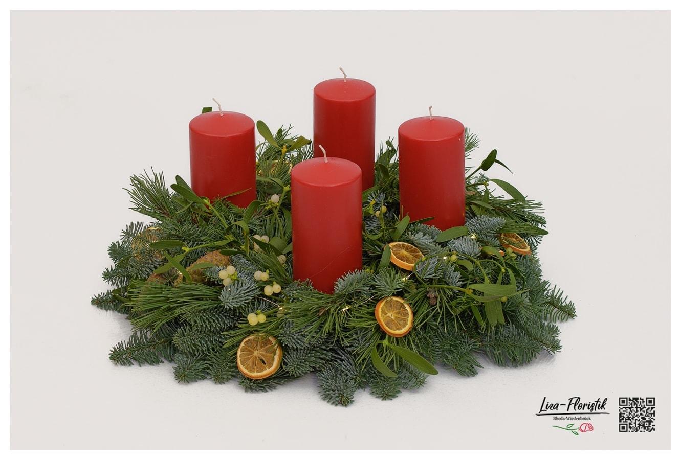 Advent - Adventskranz mit roten Kerzen, Nordmannstanne, Fichte, Misteln, getrockneten Orangenscheiben, Zapfen und LED-Draht
